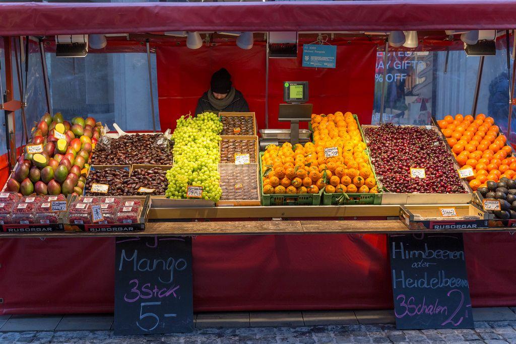 Früchtemarkt mit Mango, Erdbeeren, Mandarinen, Kirschen, Avocado und Datteln im Angebot