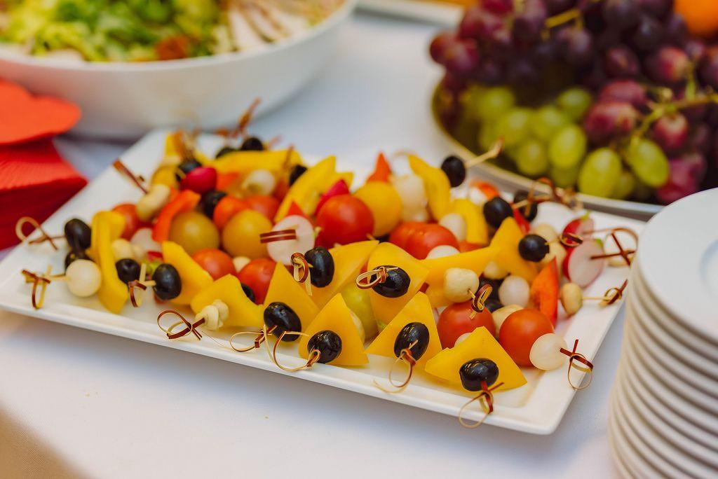 Fruchtige Canapés-Appetithappen auf weißem Teller