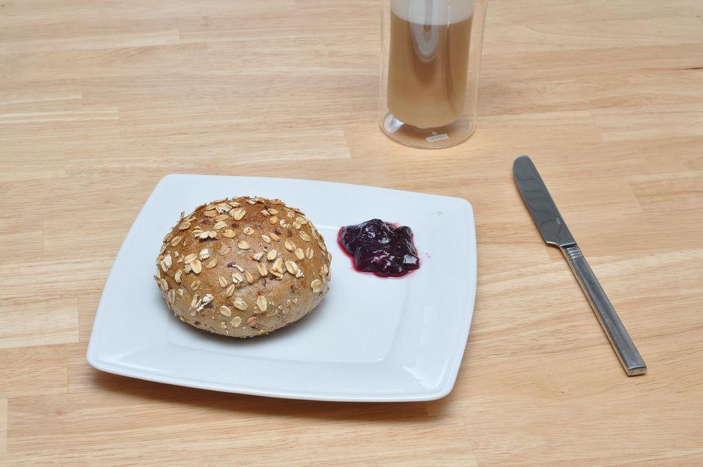 Frühstück: Brötchen, Marmelade und Kaffee
