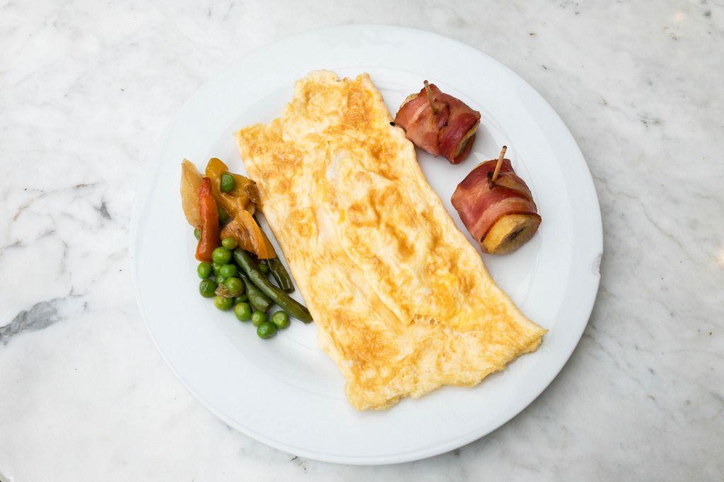 Frühstück für Helden: Omelett, Pfannengemüse und Banane im Speckmantel