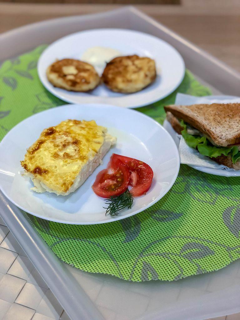 Frühstück: Sandwich, Eier und russische Pancakes