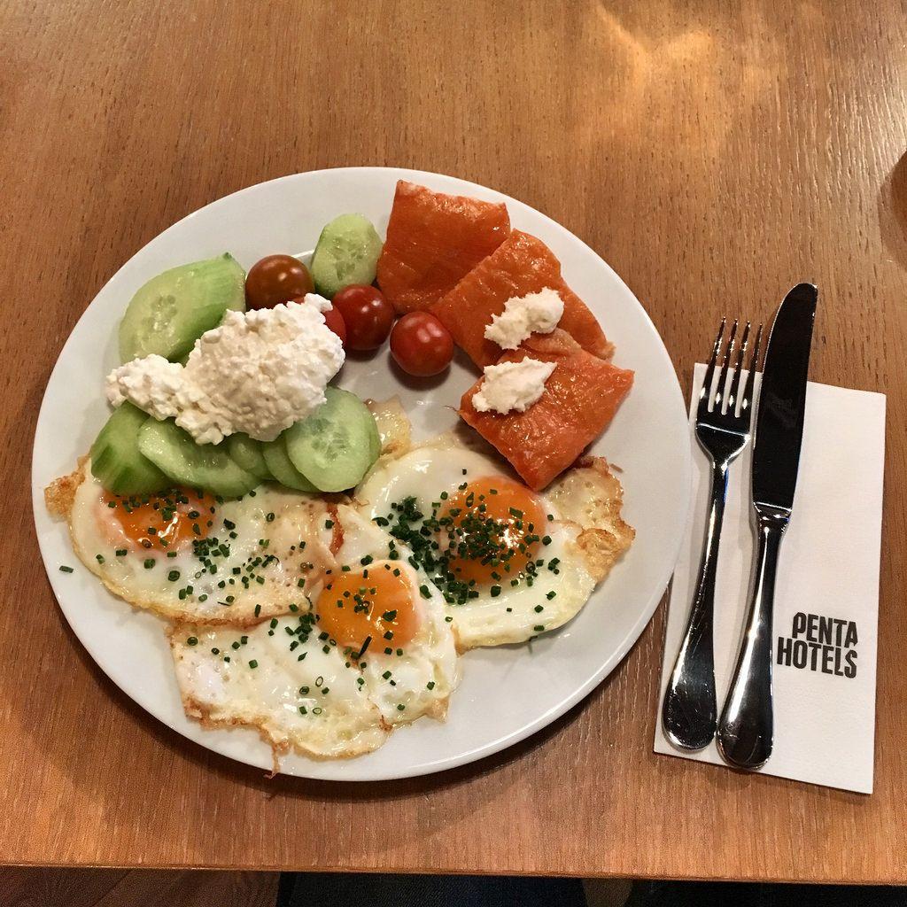 Frühstück: Spiegeleier mit Lachs