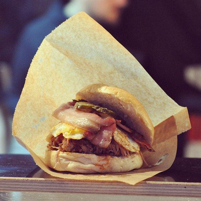 Frühstücksburger. Mit viel Interpretation (Stichwort Fettstoffwechseltraining) auch etwas für Triathleten. #ironman #burger #breakfast #foodcamp #foodporn #food #instafood #fastfood #streetfoodfestival