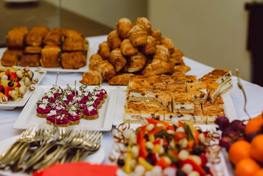 Frühstückstisch mit Appetithäppchen, Kuchen und Baguette