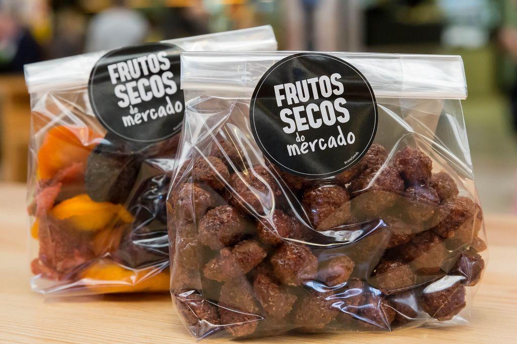 Frutos Secos de mercado: Schokoladenmandeln und getrocknete Früchte