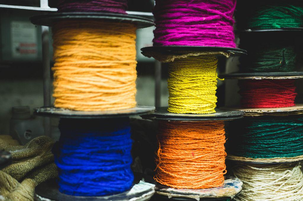 Für den Verkauf aufgerollte, bunte Seile in unterschiedlichen Stärken in pink, gelb, orange, grün, rot, blau und weiß
