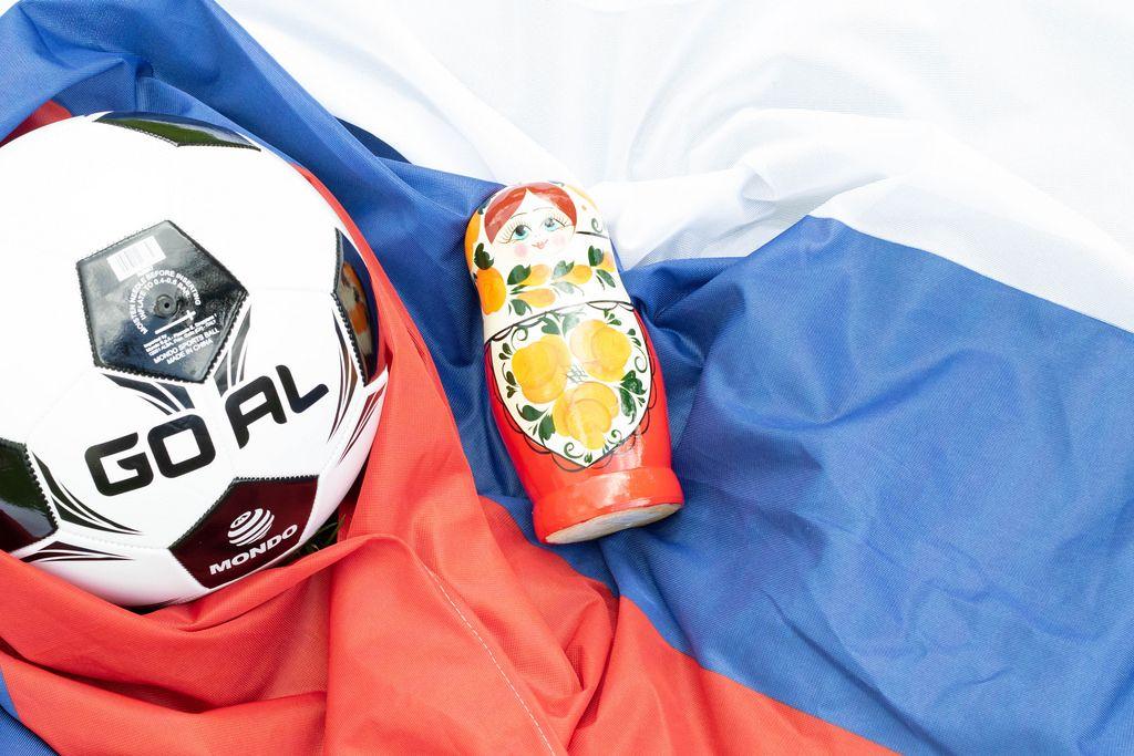 Fußball auf russischer Flagge