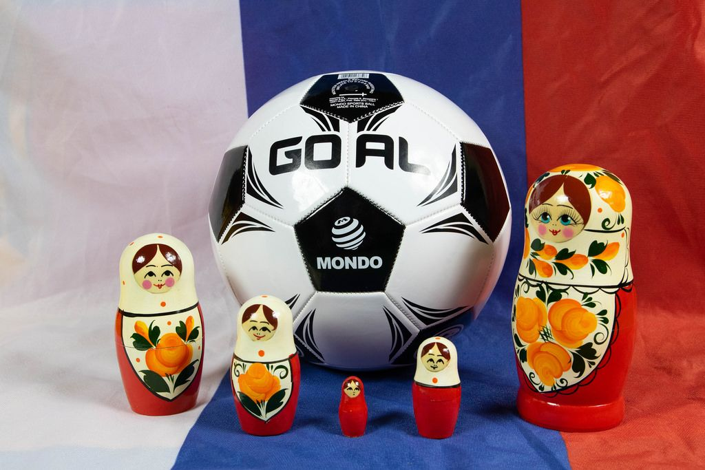 Fußball hinter Matrjoschkapuppen auf einer russischen Flagge