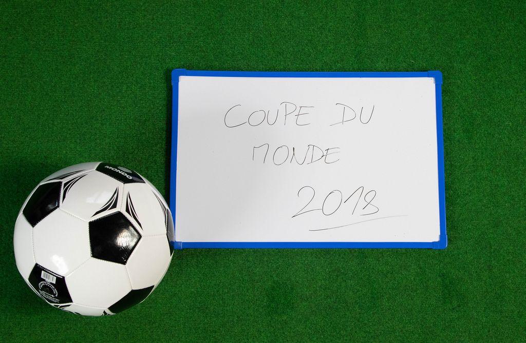 Fußball mit Coupe du monde geschrieben auf einer kleinen Tafel