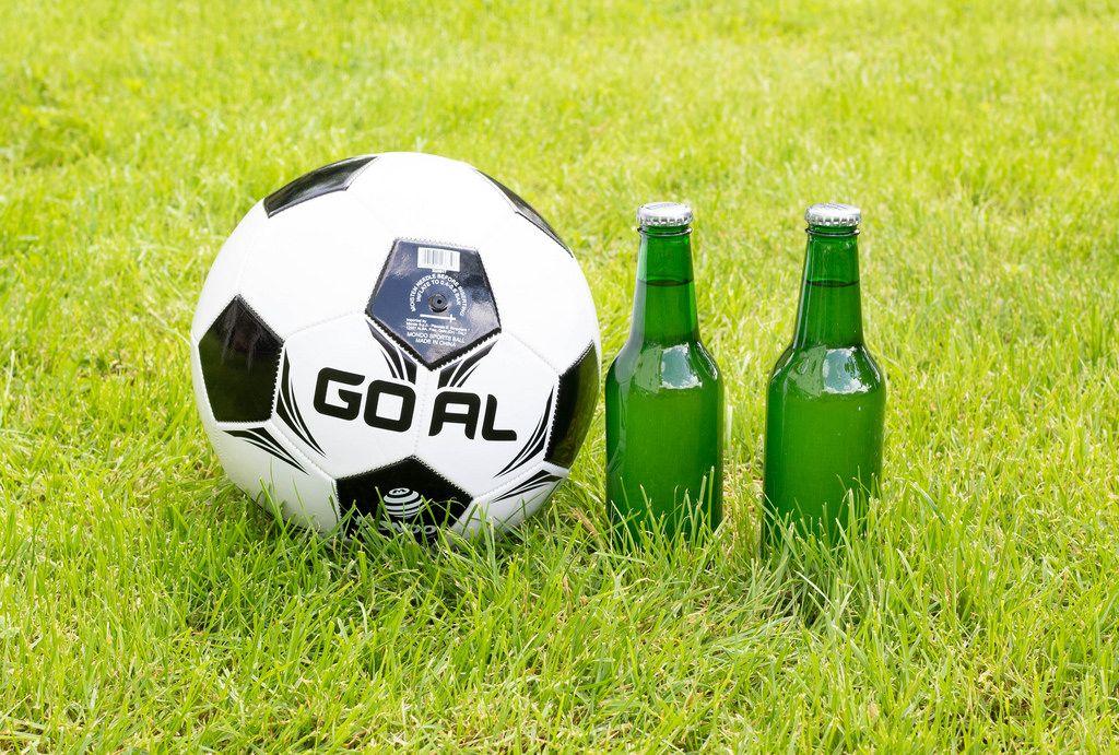 Fußball und Bier, passen perfekt zueinander