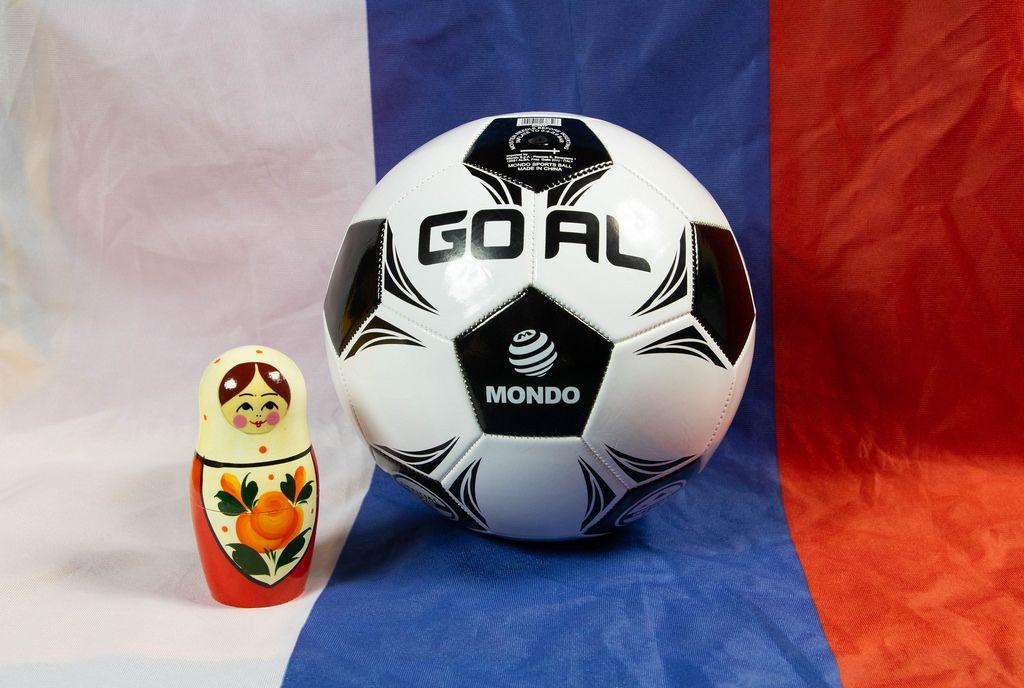 Fußball und eine Matrjoschkapuppe auf der russischen Flagge