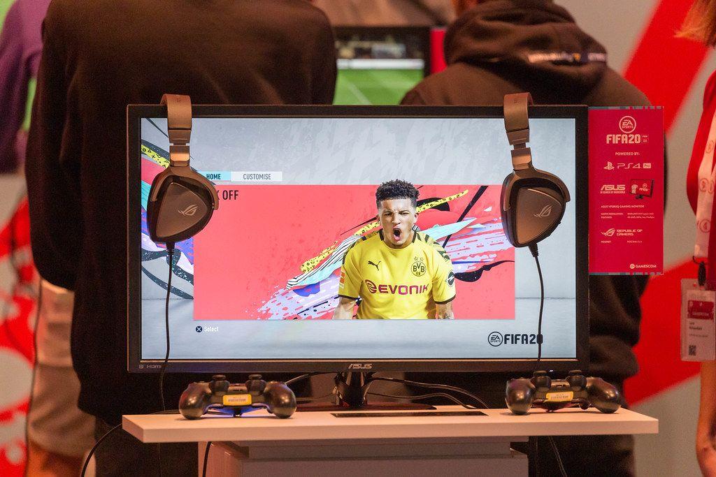 Fußball-Videospiel FIFA20 auf auf der PS4 mit Asus-Bildschirm, auf der Spielemesse Gamescom