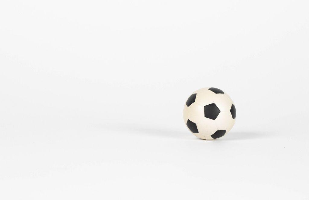 Fußball vor weißem Hintergrund