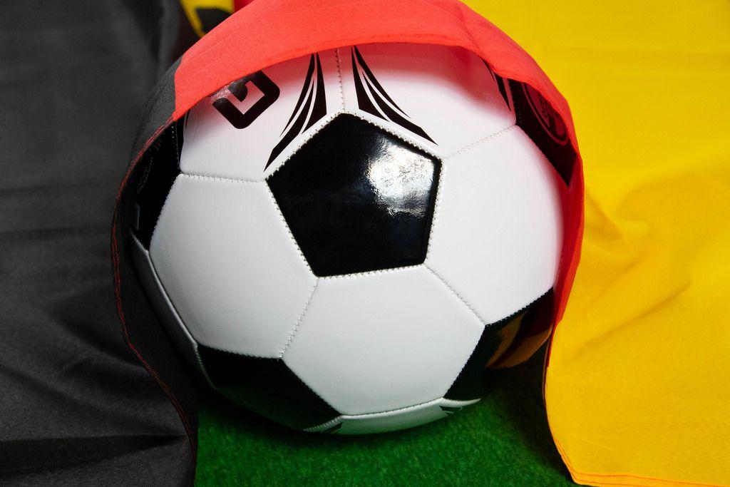 Fußball zugedeckt mit deutscher Flagge