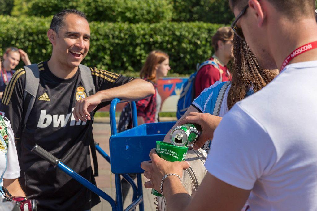 Fußballfan schenkt Bier ein