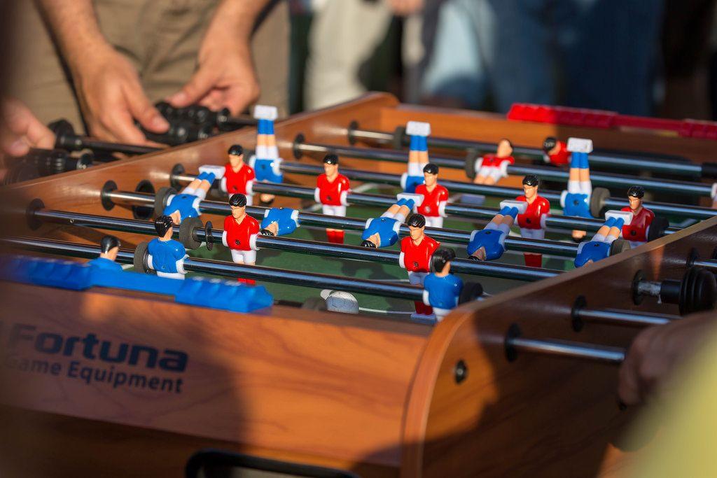 Fußballfans spielen Tischfußball