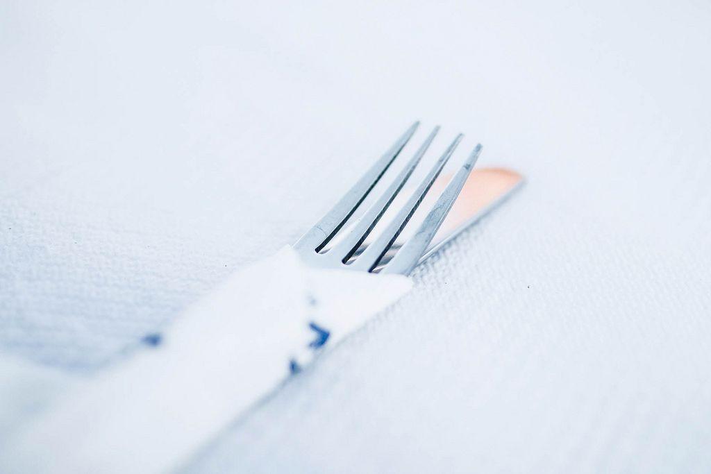 Gabel und Messer auf einem Tisch in einem Restaurant