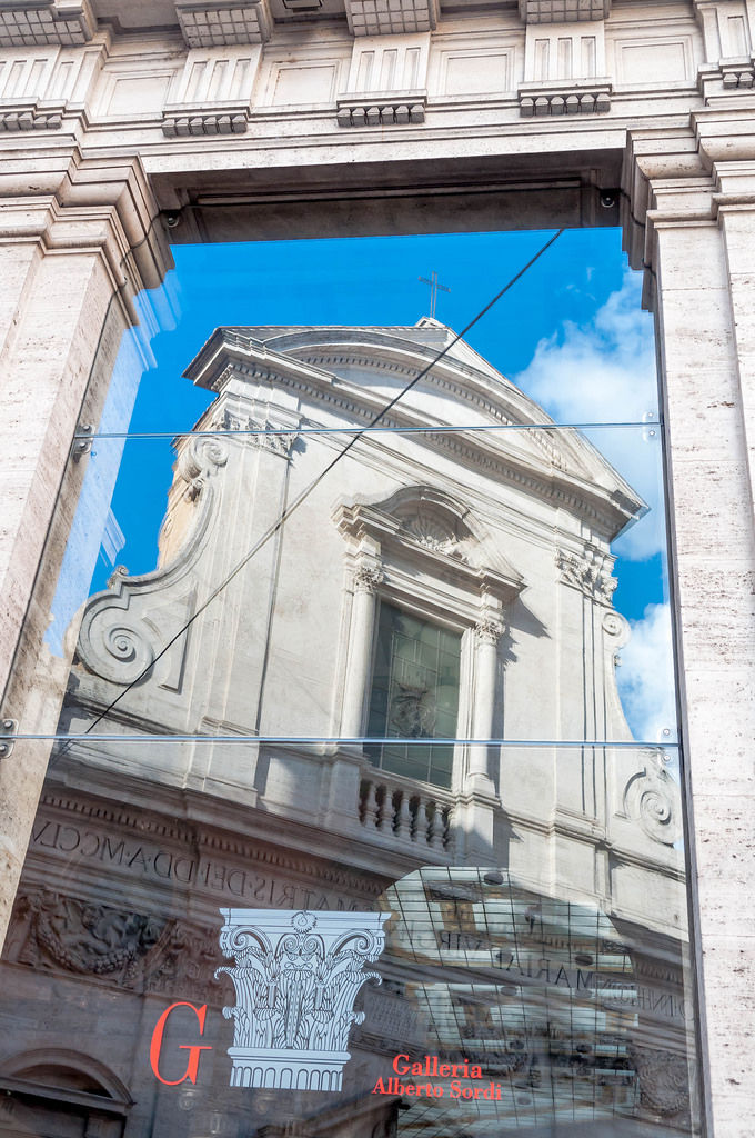 Galleria Alberto Sordi mit Spiegelung: Santa Maria in Via