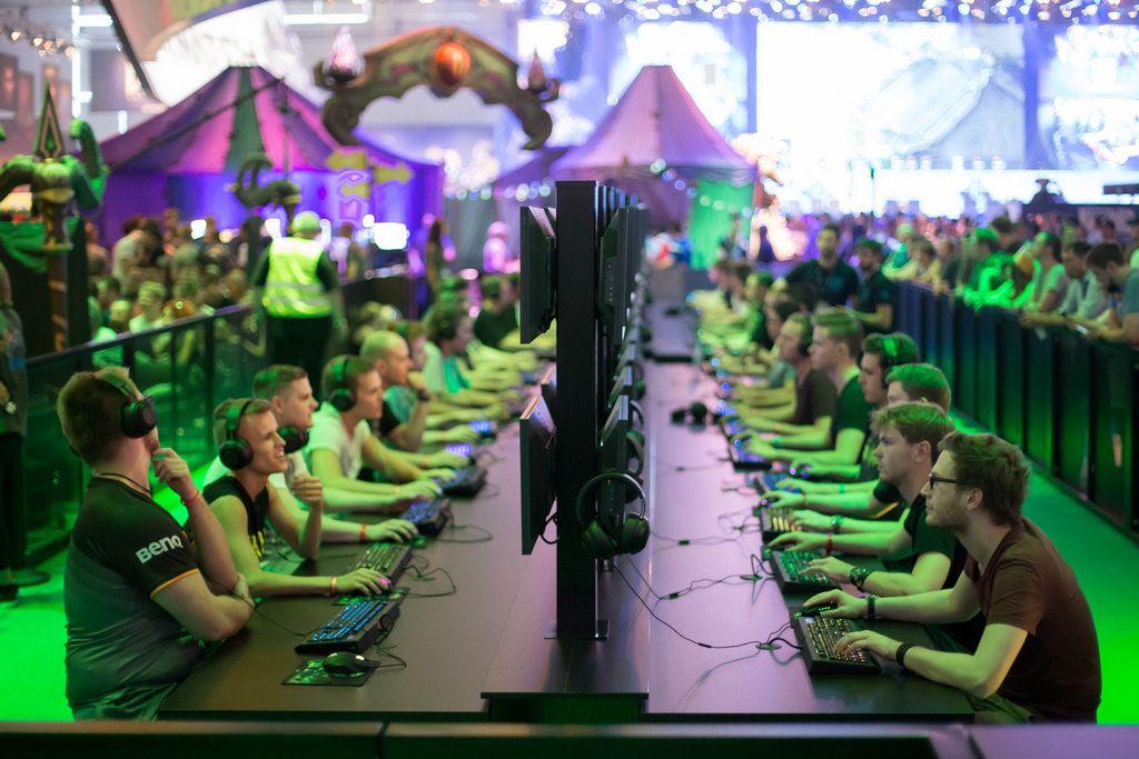 Gamer spielen World Of Warcraft am Messestand von Activision Blizzard
