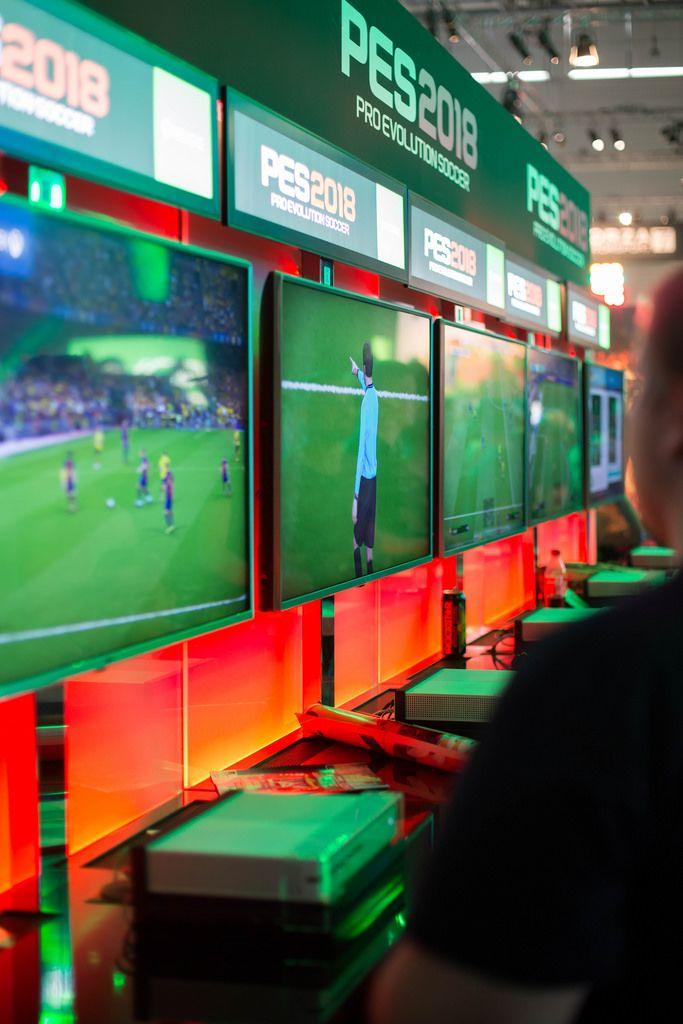 Gamer zocken PES 2018 Pro Evolution Soccer