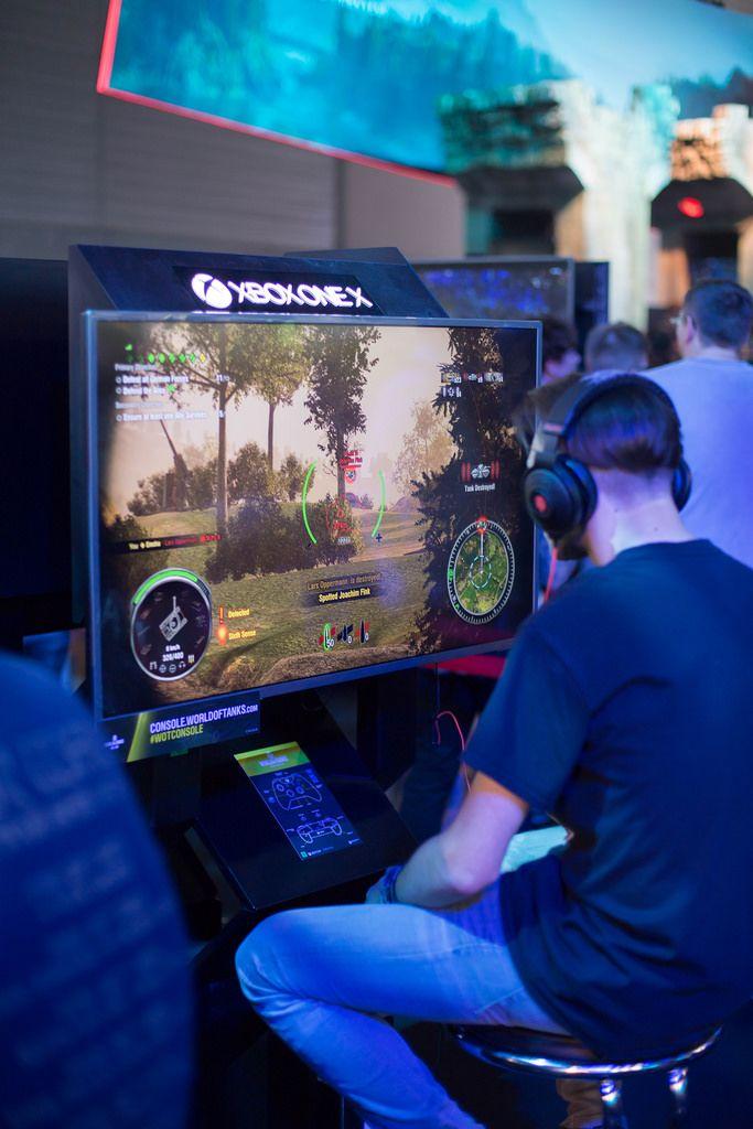 Gamer zockt World Of Tanks auf Xbox One X