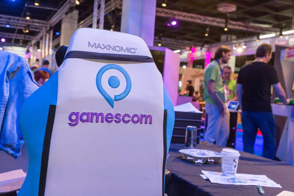 LeFloid am CaseKing Stand stellt den Gaming Stuhl LeFloid