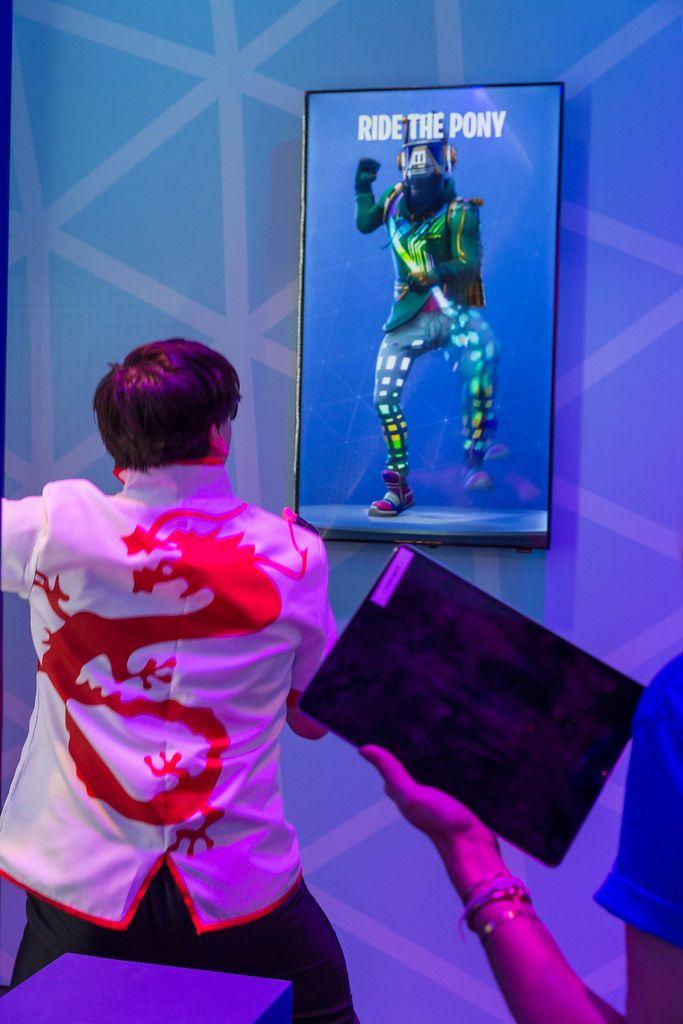Gamescom-Besucher testet das VR-Rhythmusspiel Beat Saber mit der Oculus Rift - Beat Saber und macht den Ride the Pony - Move