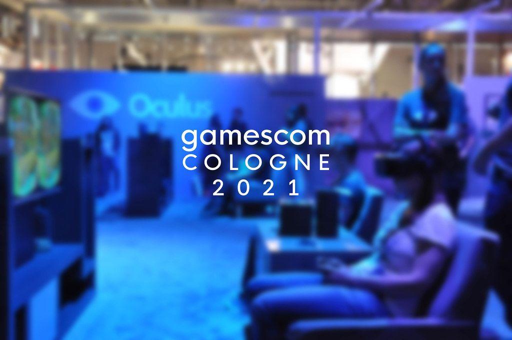 Gamescom Cologne 2021 Foto zeigt eine Frau beim VR-Spiel auf der Computermesse, mit blauem Hintergrund