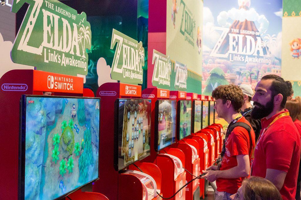 Gamescom visitor play The Legend of Zelda - Link's Awakening on the Nintendo Switch games station