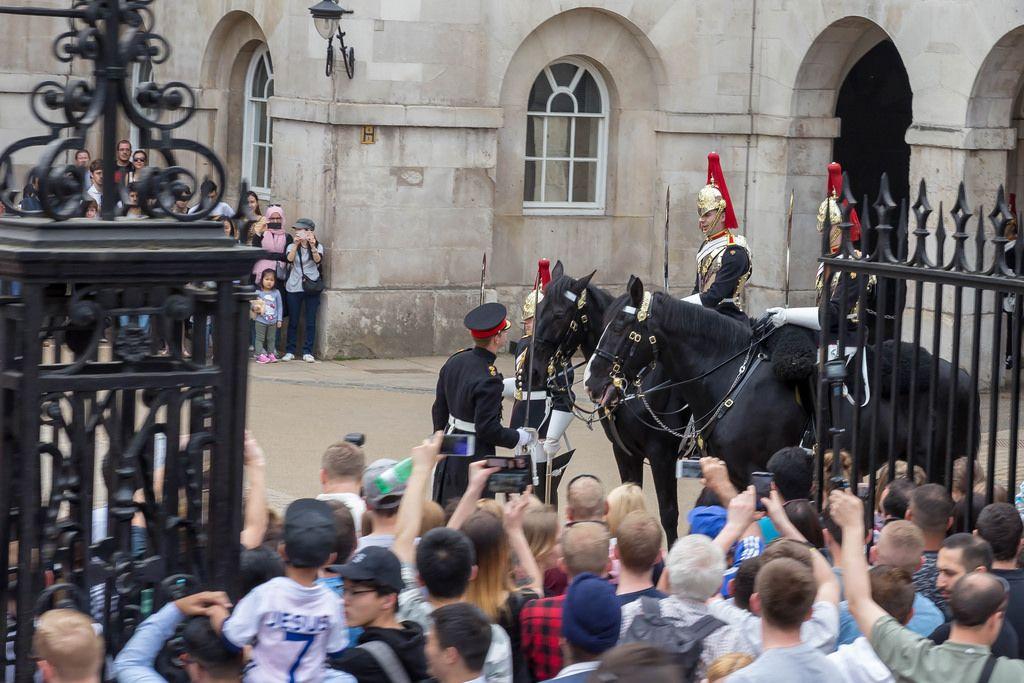 Gardisten der Queen's Life Guard und schaulustige Besucher