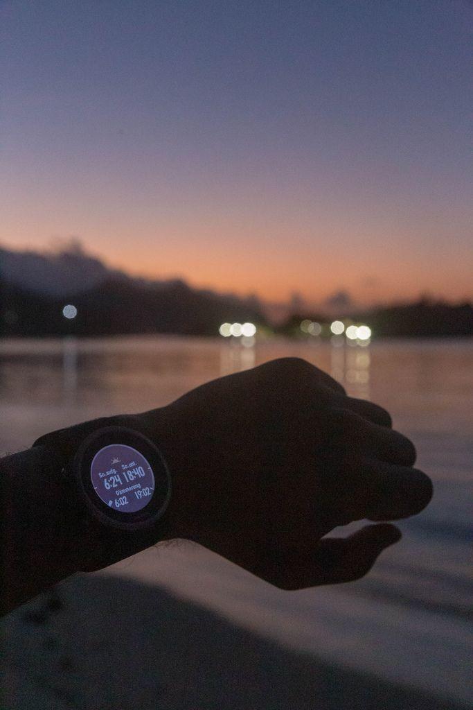 Garmin Fenix 5S Smart Watch zeigt Sonnenstunden mit Dämmerungszeit an, am Strand des Constance Ephelia Resort auf Mahé, Seychellen