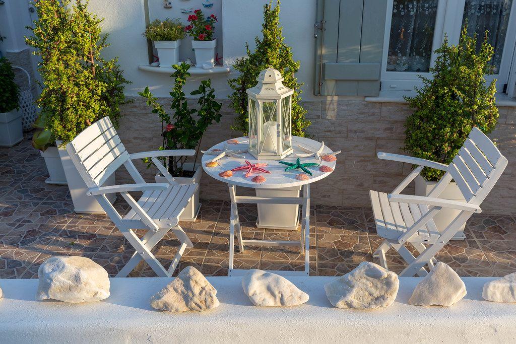 Gartenmöbel mit Seesternen dekoriert, auf der Terrasse eines griechischen Wohnhauses in der Kykladenstadt Naoussa