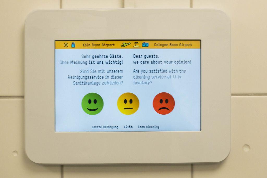 Gästeumfrage auf einem Tablet in der Toilette am Flughafen