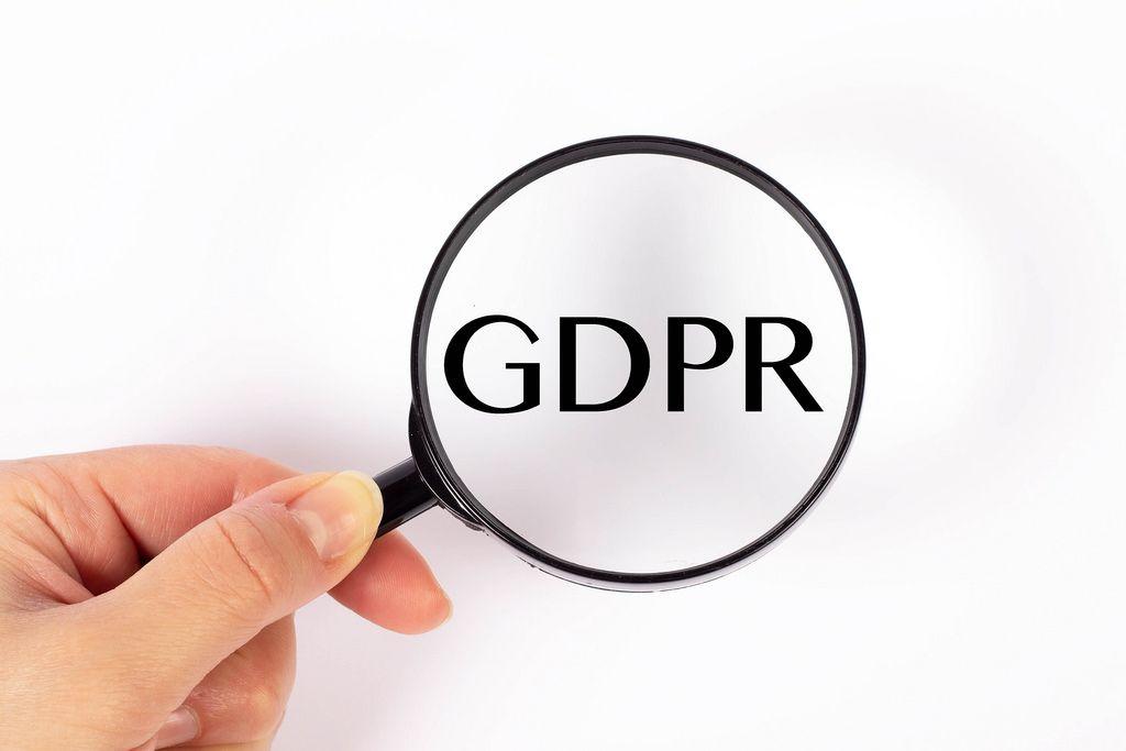 GDPR unter der Lupe auf weißem Hintergrund