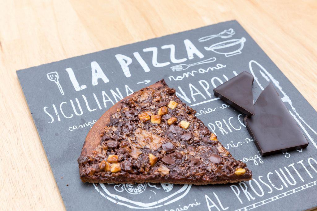 Gebackene Schokoladenpizza auf Schieferplatte