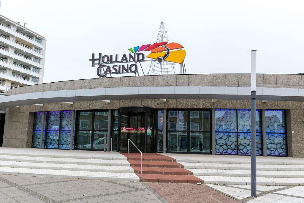 Gebäude des Holland Casinos von vorne mit Eingang und Treppen in Zandvoort in den Niederlanden