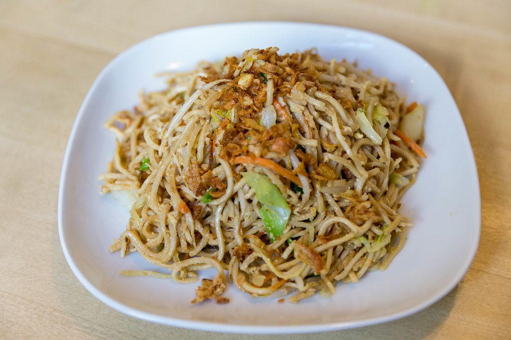 Gebratene Nudeln mit Ei und frischem Gemüse als vegetarisches Mittagessen beim Asiaten