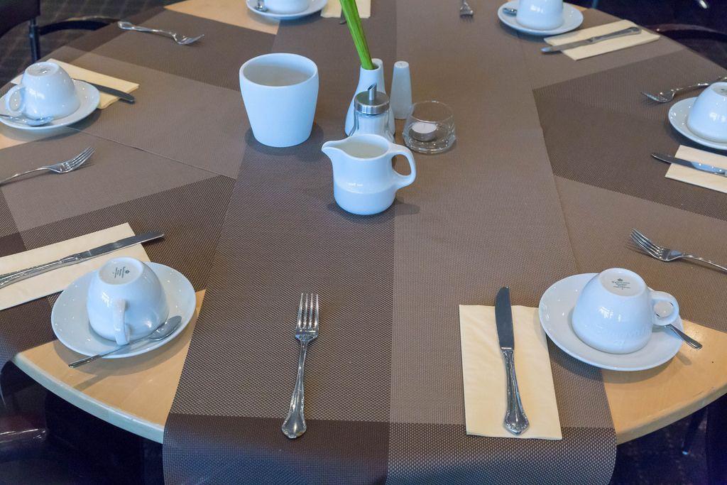 Fr chtecocktails mit viel eis auf dem tisch bilder und for Besteck tisch