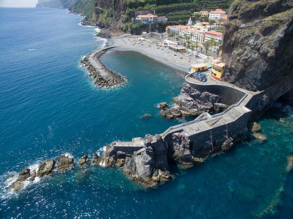 Gefährliche Felsen am Wasser in Ponta do Sol auf Madeira (Drohnenfoto)