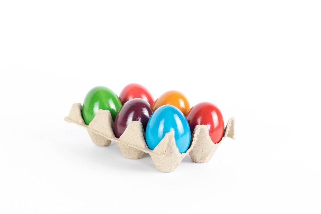 Gefärbte Eier im Eierkarton