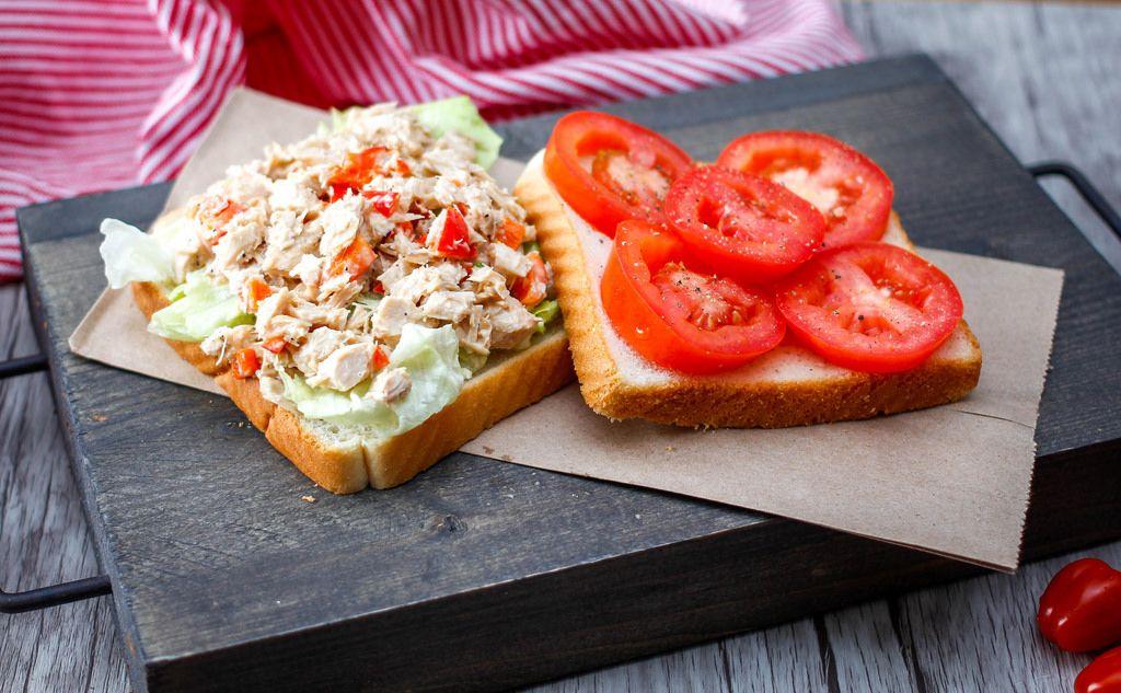 Geflügelsalat und Tomaten auf Toastbrot
