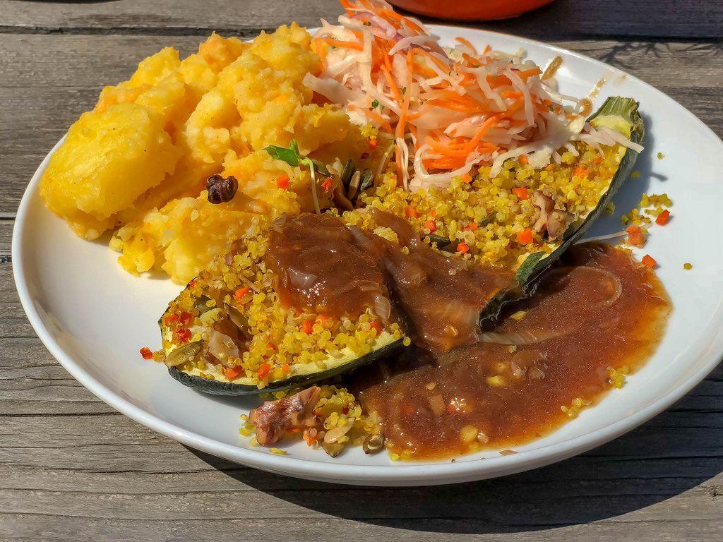 Gefüllte Zucchini mit Quinoa und Nüssen mit veganen Rostzwiebeljus, Möhren, Weißkohl-Slaw, Kartoffel-Kürbis-Stampf und kleinem Salat