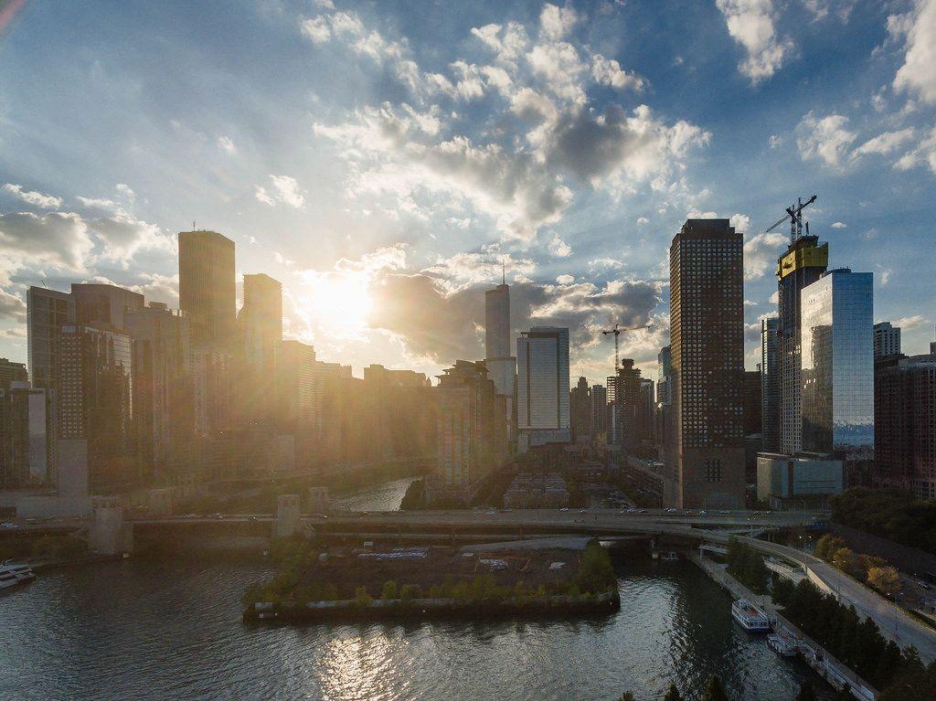 Gegenlichtaufnahme des Chicago River und der Hochhäuser in Chicagos Bezirken Magnificent Mile und New East Side