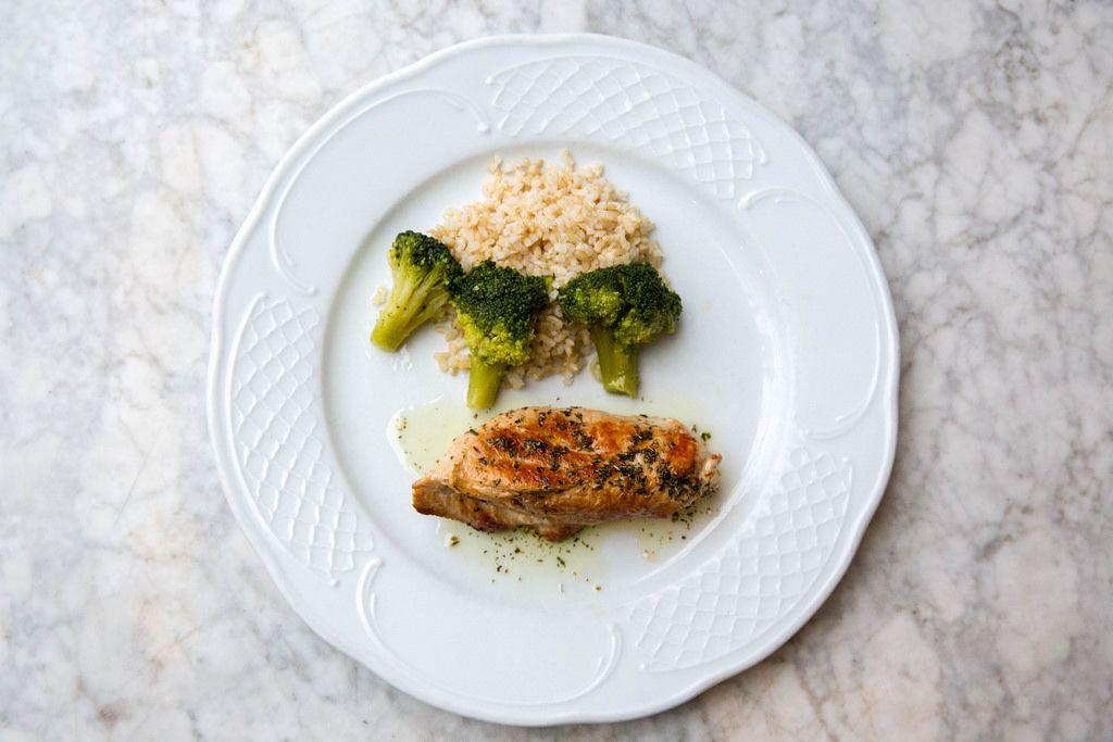 Gegrillte Truthahnbrust mit Brokkoli und Reis