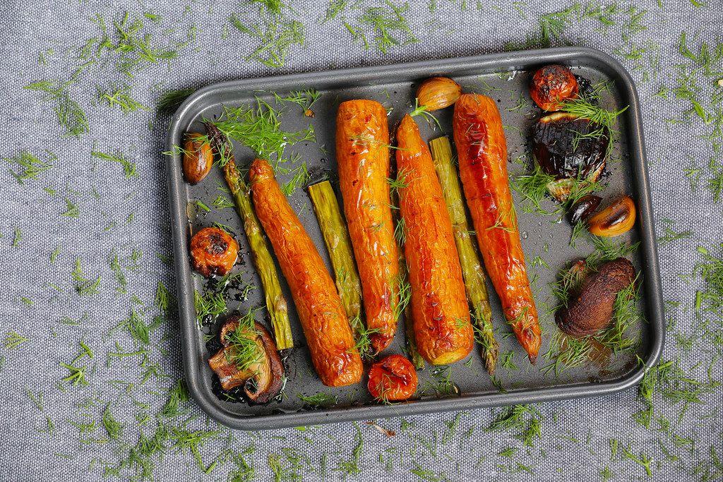 Gegrilltes Gemüse: Möhren, Spargel und Pilze mit grünen Kräutern