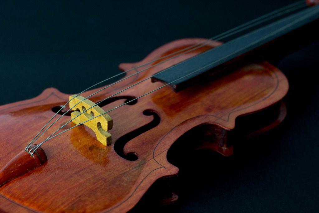 Geige auf schwarzem Tisch