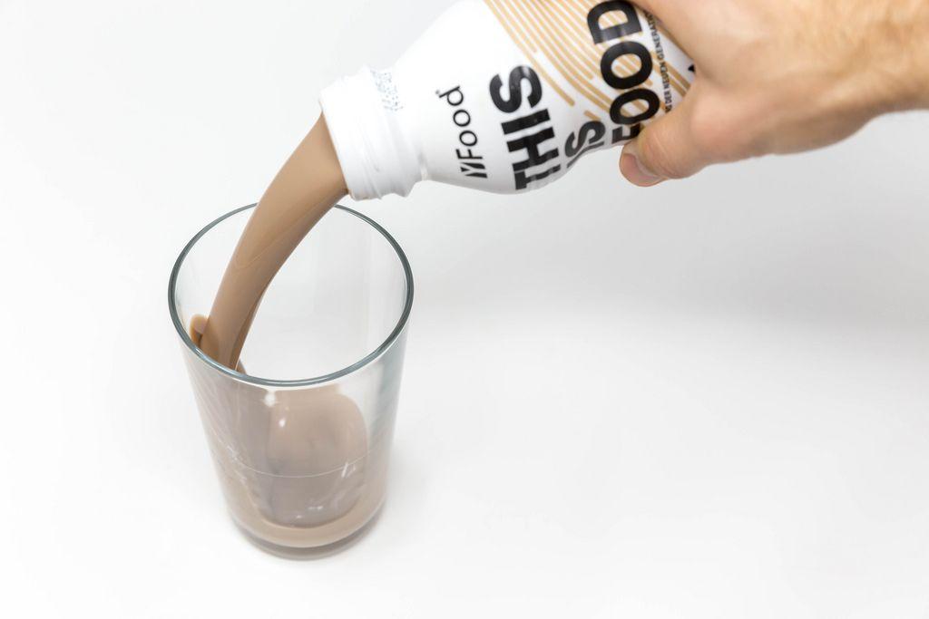 Gekühlter Fertigkaffee wird in Glas gegossen