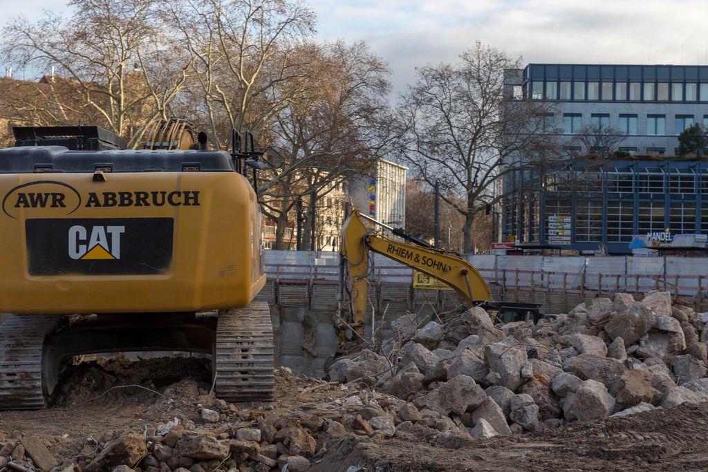 gelbe Bagger auf Baustelle am Kölner Rudolfplatz