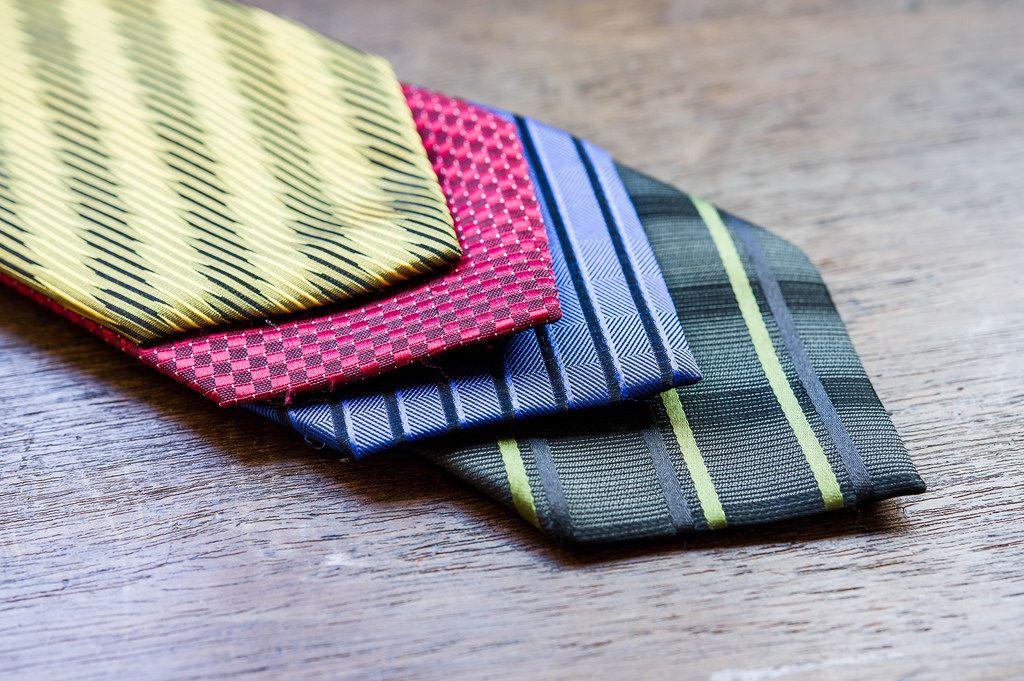 Gelbe, rote, blaue und grüne Krawatten