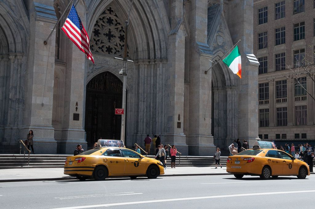 Gelbe Taxis vor St. Patrick's Cathedral in New York City, USA